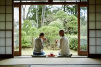 縁側でお茶を飲む外国人カップル 11070022274| 写真素材・ストックフォト・画像・イラスト素材|アマナイメージズ