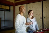 和室で日本酒を楽しむ外国人カップル