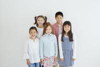 日本人と外国人の子供たち5人