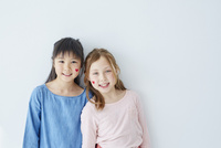 フェイスペインティングをした日本人と外国人の女の子