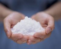 塩を持つ手のアップ