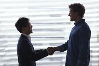握手をする日本人ビジネスマンと外国人男性 11070024209| 写真素材・ストックフォト・画像・イラスト素材|アマナイメージズ