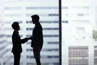 握手をする日本人ビジネスマンと外国人男性 11070024210| 写真素材・ストックフォト・画像・イラスト素材|アマナイメージズ