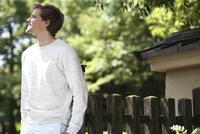 柵にもたれる外国人男性の横顔