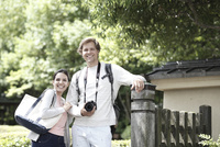 旅行中の外国人カップル