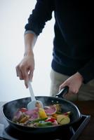オーガニック野菜のソテーを作る女性 11070024557| 写真素材・ストックフォト・画像・イラスト素材|アマナイメージズ