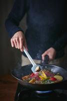 オーガニック野菜のソテーを作る女性