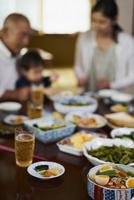 家族が囲む食卓 11070024589| 写真素材・ストックフォト・画像・イラスト素材|アマナイメージズ