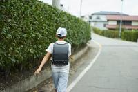道を歩く小学生の男の子