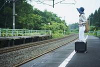駅のホームに立つ女性 11070024629| 写真素材・ストックフォト・画像・イラスト素材|アマナイメージズ