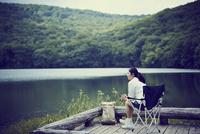水辺でくつろぐ女性 11070024667| 写真素材・ストックフォト・画像・イラスト素材|アマナイメージズ