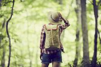 トレッキングをする女性 11070024702| 写真素材・ストックフォト・画像・イラスト素材|アマナイメージズ
