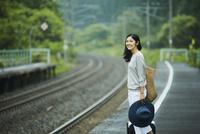 駅のホームに立つ女性 11070024724| 写真素材・ストックフォト・画像・イラスト素材|アマナイメージズ