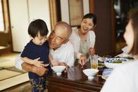 食事をする三世代家族 11070024737| 写真素材・ストックフォト・画像・イラスト素材|アマナイメージズ