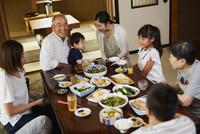 食事をする三世代家族 11070024756| 写真素材・ストックフォト・画像・イラスト素材|アマナイメージズ