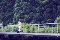 駅のホームを歩く女性 11070024820| 写真素材・ストックフォト・画像・イラスト素材|アマナイメージズ