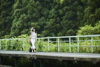 駅のホームを歩く女性 11070024822| 写真素材・ストックフォト・画像・イラスト素材|アマナイメージズ