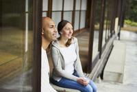 縁側に座る外国人カップル 11070025217| 写真素材・ストックフォト・画像・イラスト素材|アマナイメージズ