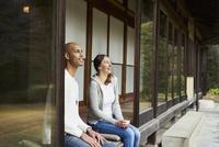 縁側に座る外国人カップル 11070025218| 写真素材・ストックフォト・画像・イラスト素材|アマナイメージズ