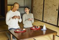 日本酒を楽しむ外国人男性と日本人女性 11070025222| 写真素材・ストックフォト・画像・イラスト素材|アマナイメージズ
