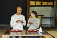 日本酒を楽しむ外国人男性と日本人女性 11070025223| 写真素材・ストックフォト・画像・イラスト素材|アマナイメージズ
