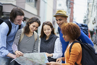 地図を見る外国人と日本人 11070025229| 写真素材・ストックフォト・画像・イラスト素材|アマナイメージズ