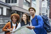 地図を持つ外国人と日本人 11070025230| 写真素材・ストックフォト・画像・イラスト素材|アマナイメージズ