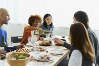 ホームパーティーをする外国人と日本人