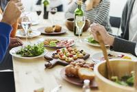 ホームパーティーをする外国人と日本人の手元 11070025237| 写真素材・ストックフォト・画像・イラスト素材|アマナイメージズ