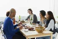 ホームパーティーをする外国人と日本人 11070025239| 写真素材・ストックフォト・画像・イラスト素材|アマナイメージズ