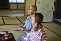 浴衣姿で日本酒を楽しむ外国人カップル 11070025276| 写真素材・ストックフォト・画像・イラスト素材|アマナイメージズ