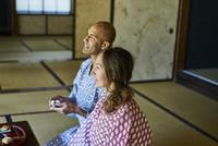 浴衣姿で日本酒を楽しむ外国人カップル