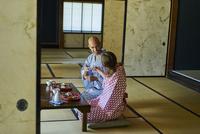 浴衣姿で日本酒を楽しむ外国人カップル 11070025283| 写真素材・ストックフォト・画像・イラスト素材|アマナイメージズ