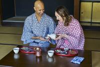 浴衣姿で日本酒を楽しむ外国人カップル 11070025285| 写真素材・ストックフォト・画像・イラスト素材|アマナイメージズ