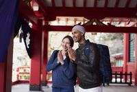 神社で手を合わせる外国人カップル 11070025295| 写真素材・ストックフォト・画像・イラスト素材|アマナイメージズ