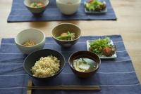 玄米ご飯の朝食 11070025637| 写真素材・ストックフォト・画像・イラスト素材|アマナイメージズ
