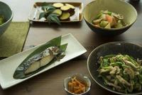 和食がのった食卓 11070025649| 写真素材・ストックフォト・画像・イラスト素材|アマナイメージズ