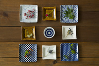 角皿の上にのった花や葉とお猪口 11070025665| 写真素材・ストックフォト・画像・イラスト素材|アマナイメージズ