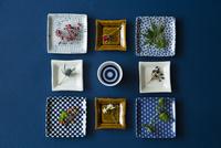 角皿の上にのった花や葉とお猪口 11070025666| 写真素材・ストックフォト・画像・イラスト素材|アマナイメージズ
