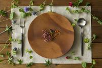 木の皿とカトラリーと植物 11070025668| 写真素材・ストックフォト・画像・イラスト素材|アマナイメージズ