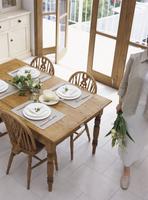 ダイニングテーブルと女性 11070025673| 写真素材・ストックフォト・画像・イラスト素材|アマナイメージズ