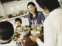 食事をするファミリー 11070025674| 写真素材・ストックフォト・画像・イラスト素材|アマナイメージズ