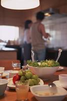 食事の準備をする夫婦 11070025754| 写真素材・ストックフォト・画像・イラスト素材|アマナイメージズ