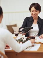 ワインを楽しみ食事をする女性2人 11070025761| 写真素材・ストックフォト・画像・イラスト素材|アマナイメージズ