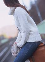 駅のホームで電車を待つ女性 11070025766| 写真素材・ストックフォト・画像・イラスト素材|アマナイメージズ