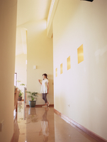廊下の女性 11070025782| 写真素材・ストックフォト・画像・イラスト素材|アマナイメージズ