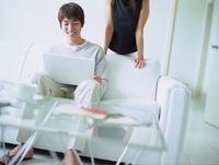 パソコンを打つ男性と女性 11070025790| 写真素材・ストックフォト・画像・イラスト素材|アマナイメージズ