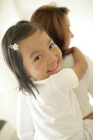 お母さんに抱きつく女の子アップ 11070025880| 写真素材・ストックフォト・画像・イラスト素材|アマナイメージズ