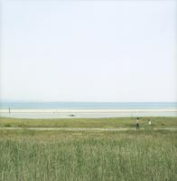 海と海辺を歩くカップル 11070025948| 写真素材・ストックフォト・画像・イラスト素材|アマナイメージズ