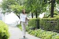 道を歩くビジネス女性